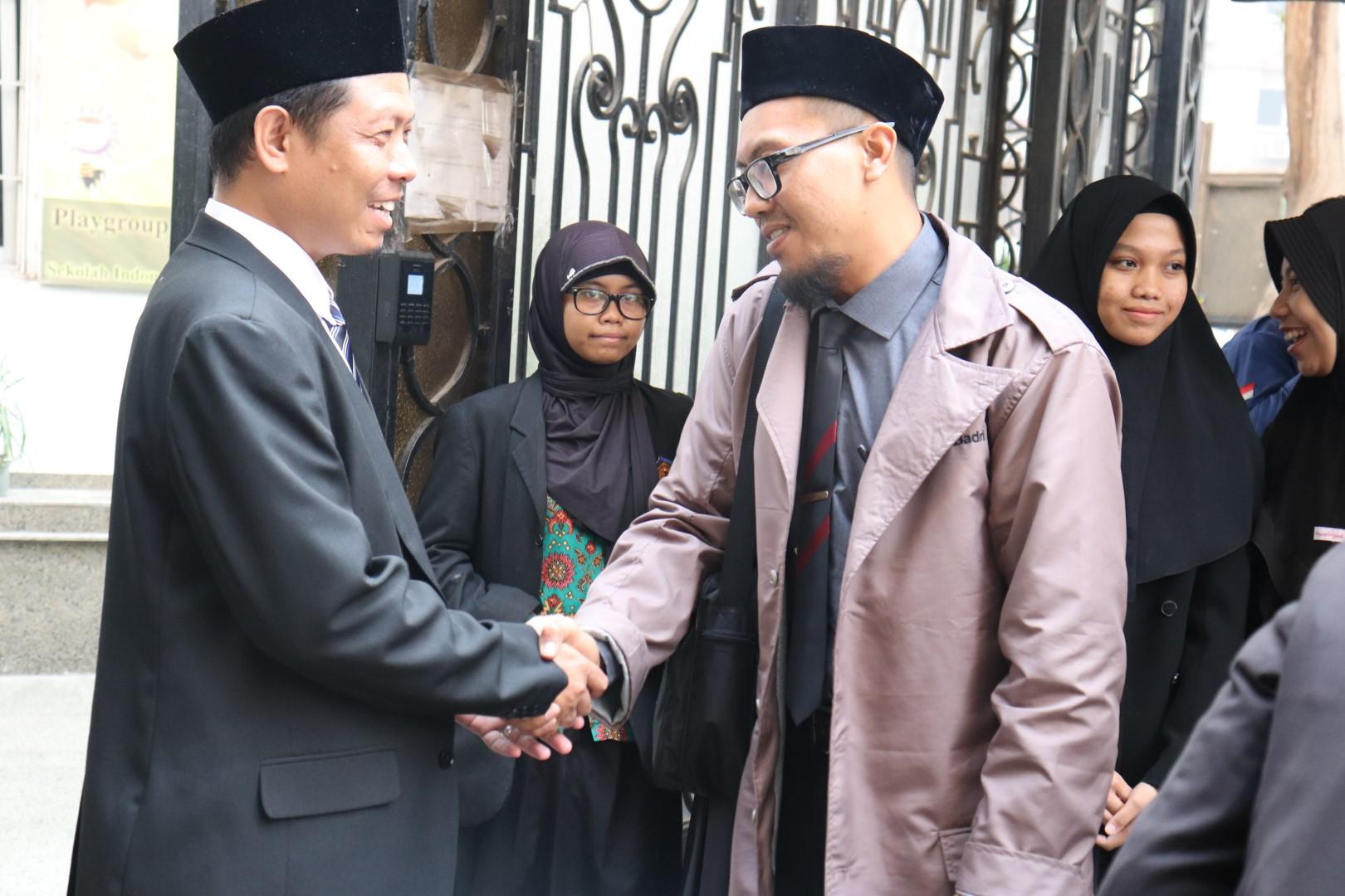 Bapak Kepala Jabatan Tangan Dengan Katua Rombongan Tamu